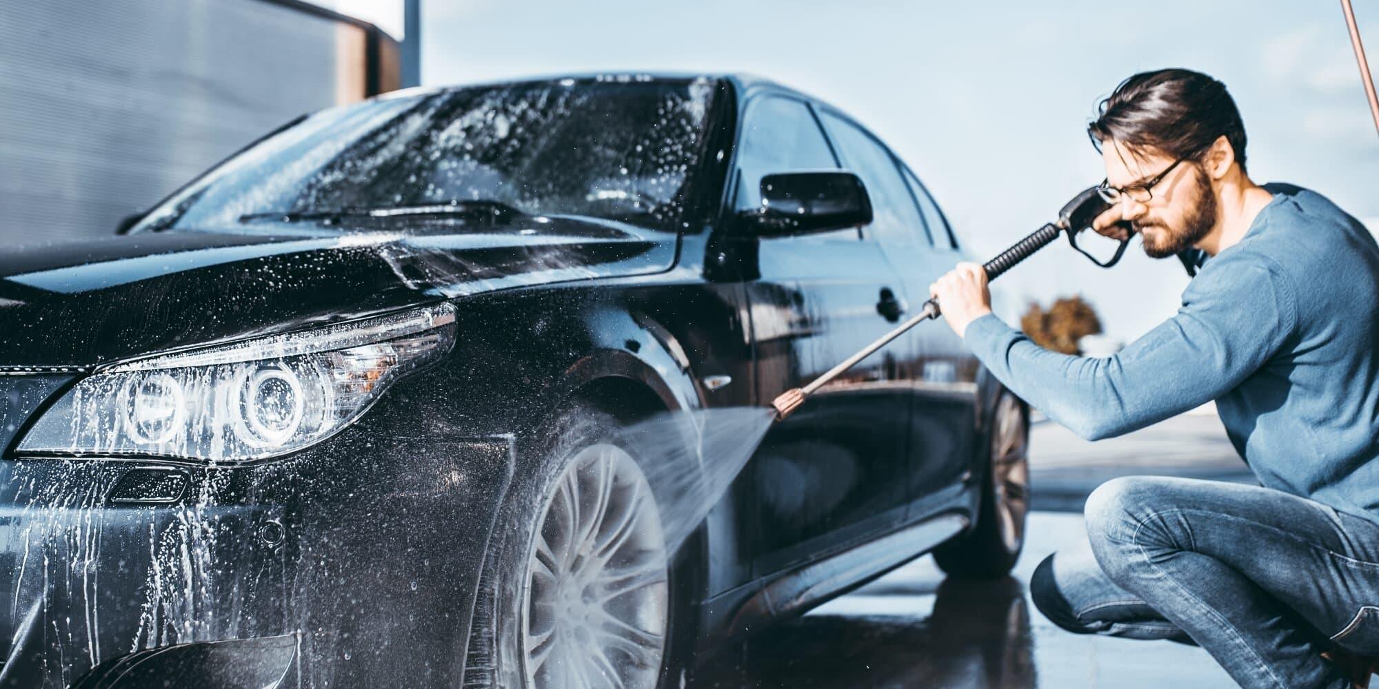 мужчинаа моет машину
